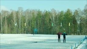 Skiërs die bij het stadion opleiden stock videobeelden