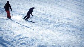 Skiërs die Helling doorgeven stock video