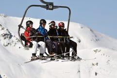 Skiërs die met een skilift uitgaan Stock Fotografie