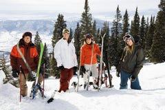 Skiërs die zich in het Glimlachen van de Sneeuw bevinden Stock Fotografie