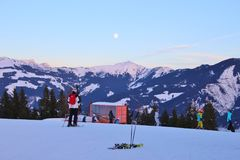 Skiërs en berglandschap op de de kabelwagenpost van Areit Zell am ziet, Oostenrijk Royalty-vrije Stock Foto