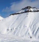 Skiërs en sneeuwhelling voor freeride met sporen van skis, snowboa Stock Fotografie