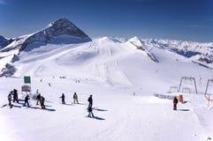 Skiërs en snowboaders op Hintertux-Gletsjer Royalty-vrije Stock Afbeeldingen