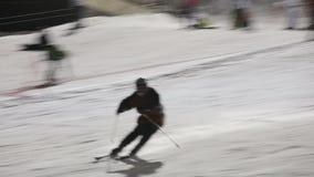 Skiërs en snowboarders die bergaf ski?en stock footage