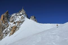 Skiërs en snowboarders die op de gletsjer te voorschijn komen Royalty-vrije Stock Foto