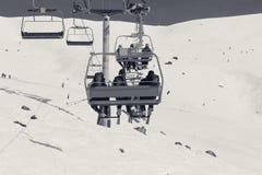 Skiërs en snowboarders op stoeltjeslift Stock Foto