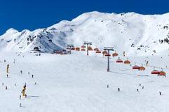 Skiërs en stoeltjeslift in Solden, Oostenrijk Royalty-vrije Stock Foto's