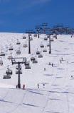 Skiërs en twee stoeltjesliften in Solden, Oostenrijk Stock Afbeeldingen