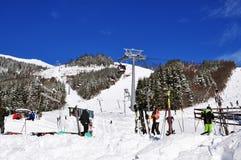 Skiërs, kabelbaan en sneeuwhellingen aan de zuidenkant van Onderstelkarbonade Royalty-vrije Stock Fotografie