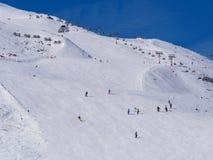Skiërs op Alpiene helling Stock Foto's