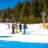 Skiërs op de helling in Bansko, Bulgarije Stock Foto's
