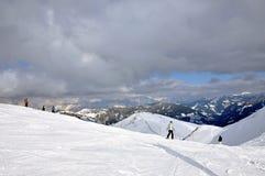 Skiërs op de helling in Saalbach, Oostenrijk stock fotografie