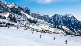 Skiërs op de het ski?en helling Stock Foto