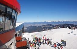 Skiërs op de kabelwagenpost Chopok Royalty-vrije Stock Fotografie