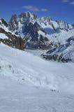 Skiërs op een gletsjer Stock Afbeeldingen