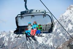 Skiërs op een skilift. Stock Foto's