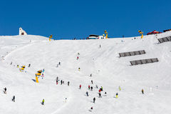 Skiërs op overvolle skihelling stock afbeeldingen