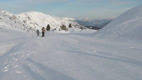Skiërs op piste die bergaf gaan stock videobeelden