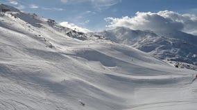 Skiërs op piste die bergaf gaan stock video
