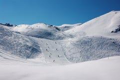 Skiërs op skihellingen in Franse Alpen Royalty-vrije Stock Fotografie