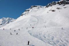 Skiërs op skihellingen in Franse Alpen Royalty-vrije Stock Foto