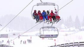 Skiërs op skilift stock footage