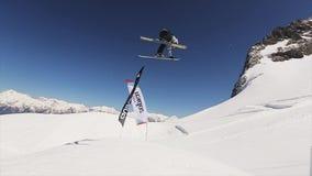 Skiërsprong van de ski van de springplankgreep in lucht SNEEUW BERGEN Zonnige dag Blauwe wolkenloze hemel stock video
