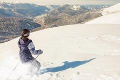 Skiërvrouw het berijden door poeder diepe sneeuw stock afbeeldingen