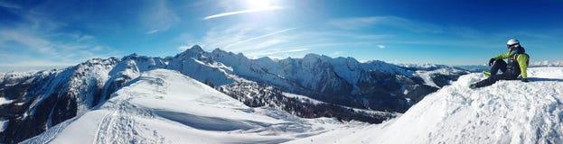 Skiërzitting bovenop een berg royalty-vrije stock foto