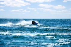 Ski à grande vitesse d'avion à réaction en mer Photographie stock