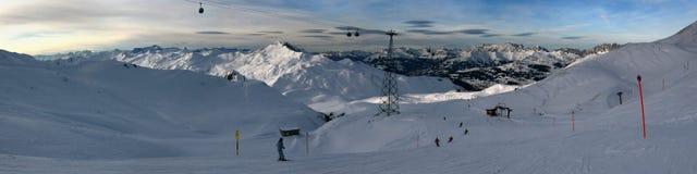 Ski alpestre avec une éclaboussure du soleil Images libres de droits
