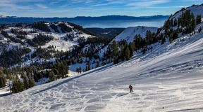 Ski alpin à la station de sports d'hiver alpine de prés au-dessus du lac Tahoe Photo libre de droits