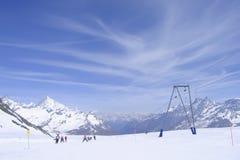 ski alpin sur la pente préparée de ski dans les Alpes suisses images libres de droits
