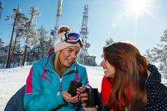 Ski, amusement d'hiver - amis appréciant sur la boisson chaude à la station de sports d'hiver Photo stock