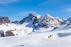 Ski Area en un fondo de montañas Imagen de archivo libre de regalías