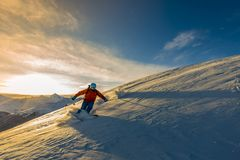 Ski avec la vue étonnante des montagnes célèbres suisses dans beau Photo stock