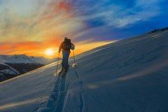Ski avec la vue étonnante des montagnes célèbres suisses dans beau Photographie stock libre de droits