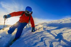 Ski avec la vue étonnante des montagnes célèbres suisses dans beau Images libres de droits