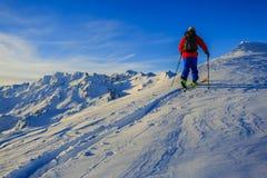 Ski avec la vue étonnante des montagnes célèbres suisses dans beau Photos libres de droits