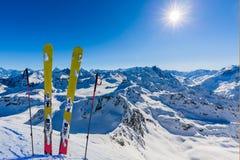 Ski avec la vue étonnante des montagnes célèbres suisses dans le beau fort de Mt de neige d'hiver Le Matterhorn et le ` Herens de photographie stock
