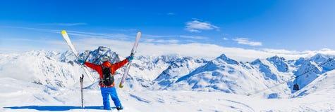 Ski avec la vue stupéfiante des montagnes célèbres suisses dans le beau fort de Mt de neige d'hiver Skituring, ski backcountry da images libres de droits