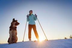Ski avec le chien photographie stock libre de droits