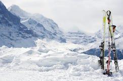 Ski avec un bon nombre d'espace de copie. Photos libres de droits