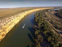 Ski Boat en curva grande en Murray River cerca de Nildottie Imagen de archivo