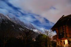 Ski Chalet nos cumes na noite imagens de stock royalty free