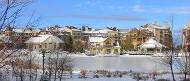 Ski Chalet Village Style Resort-Landschaft Lizenzfreie Stockfotos
