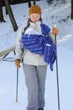 Ski contry en travers avec l'élingue et la chéri nouveau-née image stock