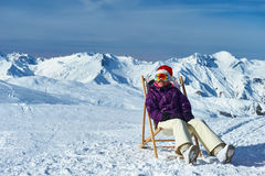 Ski d'Apres aux montagnes pendant le Noël Image libre de droits