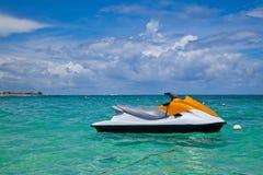Ski d'avion à réaction amarré en mer des Caraïbes Photos stock