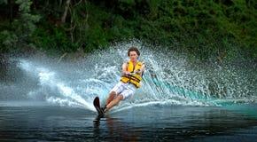 Ski d'eau d'homme sur le lac Photographie stock